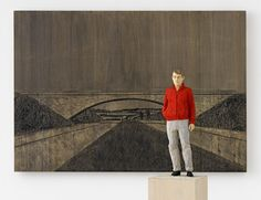 Stephan Balkenhol, Mann mit roter Jacke mit Brückenrelief, 2013, painted wawa wood, 101 x 140 x 4 cm (panneau) – 170 x 24,5 x 24 cm (sculpture) © Stephan Balkenhol / Johnen Galerie