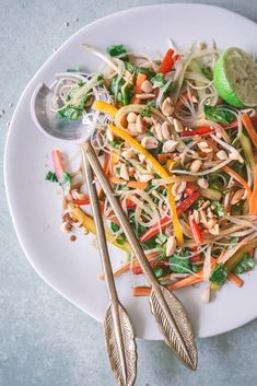 Bunter veganer Glasnudelsalat mit Gemüse und Erdnüssen Asian Recipes, Healthy Recipes, Ethnic Recipes, New York Cheesecake Rezept, Plant Based Recipes, Going Vegan, Meal Prep, Food Photography, Good Food