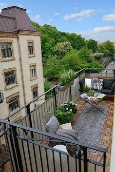 balkongestaltung eleganter außenbereich pflanzen grauer teppichläufer