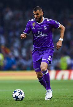 Karim Benzema of Real Madrid CF runs with the ball during the UEFA Champions League Final between Juventus and Real Madrid at National Stadium of Wales on June 2017 in Cardiff, Wales. Real Madrid Score, Ronaldo Free Kick, Real Madrid Wallpapers, Soccer Pictures, National Stadium, Uefa Champions League, Black Eyed Peas, Psg, Fc Barcelona