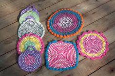 Posafuentes y agarraderas, realizadas en totora y crochet