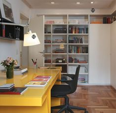 Se vc leva trabalho para casa, trabalha mesmo em casa ou deseja um espaço  para o computador, veja estes home-offices e trabalhe confortável e alegre!