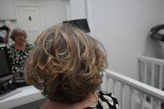 Aikuinen nainen ja kauniit juhlavat hiukset