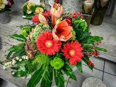 Adventsfreude heißt auch, mit den Elementen spielen  #Adventsstrauß #Amaryllis #Beeren #Zapfen #Floristik  EBK-Blumenmönche Blumenhaus – Google+