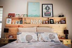 Créer une tête de lit en palette avec des étagères  http://www.homelisty.com/meuble-en-palette/