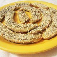 Pe lângă faptul că este deosebit de bun și aromat, acest desert este și foarte sănătos. Profesorul Ovidiu Bojor notează în una din cărțile sale că valoarea nutritivă și energetică a bananelor este mult mai mare decât cea a cartofilor. Din acest motiv pot fi considerate un aliment important pentru dieta noastră de zi cu zi. Baby Food Recipes, Bagel, Deserts, Bread, Vegan, Banana, Food, Recipes For Baby Food, Brot