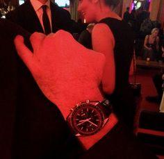 Red hour: dass sportive Chronographen auch zum Black Tie harmonieren, beweist hier der Klassiker Omega Speedmaster.