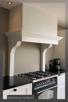 landelijke keukenschouw Range Hood Cover, Kitchen Layout, Home Kitchens, Kitchen Cabinets, New Homes, House, Furniture, Home Decor, Ideas