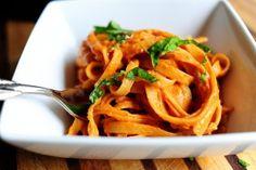 ¿Buscando una alternativa a la carne en tu salsa?  Descubre la boloñesa vegana hecha con las nutritivas lentejas que van sobre tu pasta preferida.