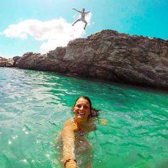 Oggi vi auguriamo un buon fine settimana con questo divertente scatto di @unastranapersona sulla spiaggia di felciaio a #capoliveri. Continuate a taggare le vostre foto con #isoladelbaapp il tag delle vostre vacanze all'#isoladelba