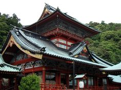 Although this style has all but disappeared from modern Japanese architecture, you can still see subtle hints of the Shinto aesthetic in som. Buddhist Architecture, Modern Japanese Architecture, Japan Architecture, Beautiful Architecture, Japanese Gate, Japanese House, House Viewing, Tower House, Shizuoka