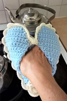 Heart shape crocheted oven clove