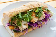 お好きな野菜をフランスパンに挟んで簡単にできるバインミーのレシピをご紹介。アレンジ次第ではパーティーにも合うベトナムサンドイッチ。魚醤、パクチー、レバーパテ、なますの4点がとても味として重要な食材である。この4点さえあれば他の野菜と牛肉や豚肉と組み合わせれば色んな味が楽しめる。