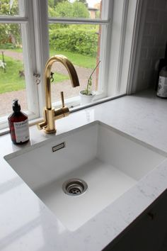 Under-counter kitchen sink mounting Kitchen Sink Design, Best Kitchen Designs, Home Decor Kitchen, Kitchen Interior, Home Kitchens, Kitchen Sinks, White Kitchen Sink, Julia's House, Modern Sink