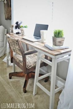 Idéia muito legal prá fazer um cantinho home office, super prático.   Usando bancos altos e um pedaço de madeira. Ótimo prá quem tem pouc...