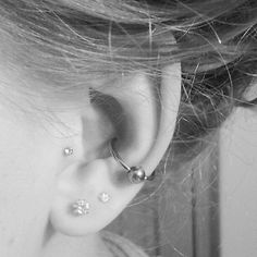 I love this tragus and conch piercing together Exactly my ear :) Cute Piercings, Body Piercings, Piercing Tattoo, Conch Piercings, Inner Ear Piercing, Orbital Piercing, Conch Hoop, Conch Stud, Bracelets