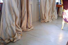 Jag är riktigt nöjd med gardinerna och älskar hur sidentyget faller i överflöd på golvet. Efter att ha letat länge lät jag måttbeställa dem från almahouse.se som jag kan rekommendera.