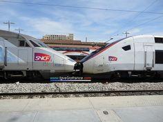 Un TGV Réseau tricourant (rame 4526) en UM avec un TGV Duplex (rame 215) en livrée carmillon SNCF en gare de Marseille Saint-Charles le 2 mai 2015.  Site web : http://www.tgveurofrance.com