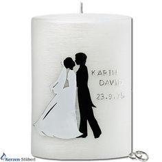 Moderne Hochzeitskerze mit einem Brautpaar dargestellt als Silhouette. Die Silhouette des Brautpaar ist mit weißen und schwarzen Wachs afgelegt. Als Hintergrund der Hochzeitskerze wird eine in weißen Perlmutt veredelte Ovalkerze verwendet.