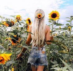 Sunflower love 🌻🌻🌻 Repost by 💗 Comment below if You like this💖 🌹 Love to tag? Sunflower Feild, Sunflower Field Pictures, Summer Photography, Girl Photography Poses, Picture Poses, Photo Poses, Mode Au Ski, Sunflower Field Photography, Summer Pictures