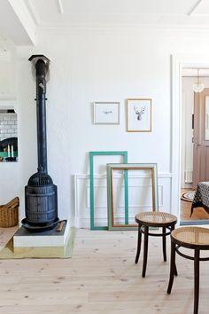 Den gamla järnkaminen värmer gott i köket. Den har antagligen funnits på gården ända sedan den byggdes.