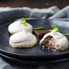 Looking for a guilt-free cookie recipe? Meringue cookies are the answer These Chocolate Mint Meringue Kisses are 100 calories for. These naturally gluten-free snacks are flecked with dark chocolate and a hint of mint. Meringue Kisses, Meringue Cookies, Chocolate Meringue, Mint Chocolate, Easy Meringue Recipe, Light Desserts, Gluten Free Snacks, Cookie Recipes, 100 Calories