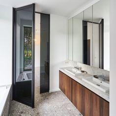 zwarte glazen deur van vloer tot plafond, volledig op maat gemaakt. Er dient niets ingebouwd te worden in de vloer.