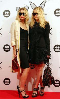 Star-Style: Die schönsten Looks von Mary-Kate und Ashley Olsen: Mit Haar-Accessoires von Maison Michel erscheinen die beiden zu der Eröffnung von Opening Ceremony in Japan im August 2009