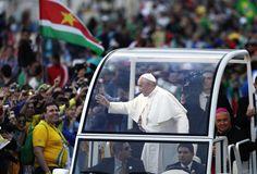 El papa Francisco en el vehículo en que arriba al encuentro con los fieles en la playa de Copacabana, en Río de Janeiro, para la realización del Vía Crucis. (AP)