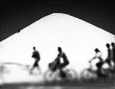 Há 15 anos Edinger faz pesquisas com foco seletivo e fotografa a sua cidade natal. Começou esses estudos com uma câmera Sinar 4 x 5, após ter recorrido a uma Hasselblad para fazer dois ensaios sobre a loucura, um sobre o Juqueri (1990) e outro sobre o carnaval (1991).
