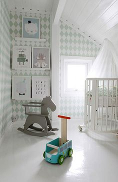 Habitación infantil de base nórdica en la que destaca la cuna dosel y el aprovechamiento de la luz.