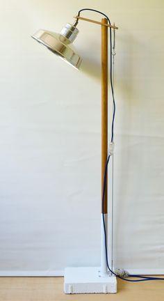 Esta lámpara consta de base pintada a mano con acrílicos y tulipa de plástico rojo por fuera y blanco por dentro. Alegre, con luz de bombilla LED halógena de solo 5W de consumo, pero que da una luz de 400 lumens, cálida y potente. Al ser LED, la bombilla se mantiene siempre fría, y por eso se permite ir dentro de la tulipa de plástico transparente sin calentarse nada. La tulipa es orientable 360 grados mediante una rótula de acero. La El cable eléctrico es textil rojo, y el interruptor es de…