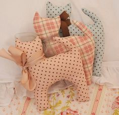 Scooter Pie Kitty in Bunny Hill Fabric would make an easy pin cushion Sewing Toys, Sewing Crafts, Sewing Projects, Fabric Toys, Fabric Crafts, Cat Fabric, Pet Toys, Baby Toys, Lavender Bags