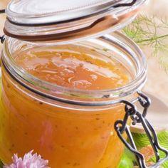 1. Curăță de coajă și semințe pepenele galben și pune miezul tăiat cuburi într-un castron. Pune sâmburii și miezul curățat de pe coji într-un tifon bine legat și scurge sucul peste cuburile de pepene. 2. Pune pe foc mic miezul de pepene galben și săculețul de tifon (suspendat de o coadă de lingură așezată deasupra …