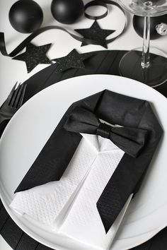Folding napkins - interesting ideas and napkin technology for festive table decorations napkin-falten_coole-idea-for-modern-tischdeko-in-black-with-Smoking napkins Wedding Table Settings, Place Settings, New Years Party, New Years Eve, Napkin Folding, Holidays And Events, Tablescapes, Table Decorations, Centerpieces