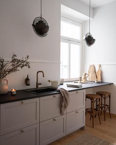 Floating like little planets, offering multiple lighting options, shining in black and brass. Guess what I'm talking about? Yep, our new… Galley Style Kitchen, Minimal Kitchen, Modern Minimalist, Minimalist Design, Modern Design, All White Kitchen, Low Cabinet, Upper Cabinets, Interior Stylist
