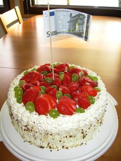5 v -pojan unelmasynttäri kakku - Sokerikakkupohja Itse keitettyä maizenalla suurustettua mansikkahilloa ei liian makeaa.Vispautuvaa vaniljavaahtoa sisään ja päälle.Mantelirouhetta tuoreita mansikoita hopeakuulia ja 5 euron seteli salkona grillitikku :)