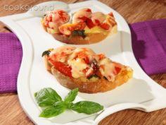 Crostini con emmental pomodori e basilico | Cookaround