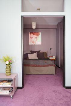 Lilac carpeting in bedroom. Photo Anna Huovinen / Glorian koti