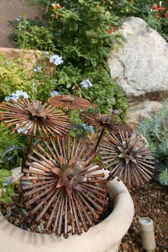 ou can make some DIY metal flowers, making metal flowers is one of the best metal garden art ideas! They can make your garden look so attractive Metal Yard Art, Metal Tree Wall Art, Scrap Metal Art, Metal Artwork, Metal Projects, Metal Crafts, Art Projects, Garden Crafts, Garden Art
