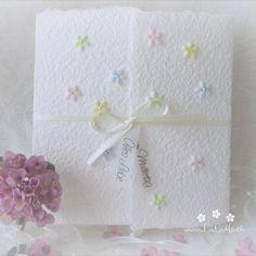 Machen Sie Ihrer Mama eine kleine Freude mit dieser besonderen, handgemachten Karte. Es sind verschiedene Farben erhältlich. Die Karte besteht aus handgeschöpftem Papier, welches ich mit viel Liebe selbst schöpfe. Sie wird mit einem Umschlag und einem Einlegeblatt aus Transparentpapier geliefert. Eine Individualisierung mit einem Wunsch-Titel kann ebenfalls gewählt weden.  #Glückwunschkarte #Muttertag #Blumen #Herz #pastell #lilimo #Muttertagskarte #bestemama #bestmom#liebe #blümchen… Beste Mama, Paper, Embellishments, Pastel, Glee, Heart, Packaging, Love, Cards