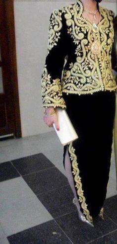 """""""Karakou"""", veste traditionnelle d'Algérie,  brodée de """"fetla""""*, portée avec un  """"badroune"""" / """"Karakou"""", traditional jacket of Algeria, embroidered with """"Fetla""""*, here worn with """"badroune""""  *FETLA : broderie traditionnelle algérienne au fil d'or, née à Annaba, dont la particularité est de percer le velours en un seul point, et de réaliser une infinité d'enchevêtrements avant de revenir au point de départ.  Brève histoire de la Fetla : https://www.youtube.com/watch?v=iEBL9ZE67Ss"""