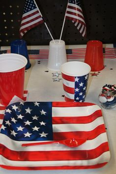 Décoration de table USA -- www.le-geant-de-la-fete.com @legeantdelafete #deco #pays #USA #table #inspiration #chemindetable #unitedstate #drapeau #amérique #gobelet #assiette #chocolat