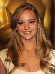 I'm thinking about doing something like this hair color next. Jennifer Lawrence Hair Color Formula: Base oz) oz) Silver concentrate oz) with 20 volume activator. Dark Golden Blonde, Golden Brown Hair Color, Dark Blonde Hair Color, Light Brown Hair, Brown Hair Colors, Darker Blonde, Neutral Blonde, Warm Blonde, Up Dos