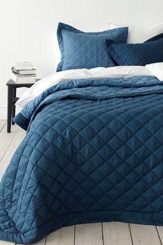 er diagonalquiltet med kant rundt om. Dobbeltsidet/vendbar, forskelligfarvet for- og bagsider med farver som er tone-i-tone. Af 100% polyester med polyesterfyld. Skånevask 40°. <br><br>100% polyester<br>Fyld: 100% polyester<br>Vask 40°