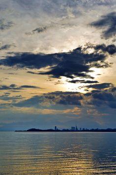 25 Aug. 6:45 うす雲りの博多湾です。 ( Cloudy Morning Now at Hakata bay in Japan )