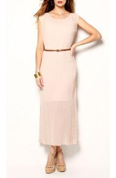Robe longue plissée et ceinturée, couleur rose pâle, douceur, féminité et élégance
