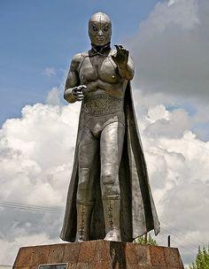 """Escultura del héroe mexicano Rodolfo Guzmán Huerta """"El Santo"""", que nació un 23 de Sept. 1917. Esta escultura se encuentra en Tulancingo, Hidalgo."""