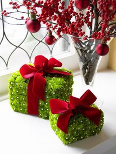 35 interesting ideas for a red and green Christmas – Flowers Desing Ideas Christmas Flowers, Noel Christmas, Green Christmas, Christmas Decorations, Handmade Christmas, Christmas Boxes, Floral Decorations, Holiday Decorating, Decorating Ideas