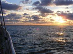 een prachtige zonsondergang na een zeiltocht voor Scheveningen